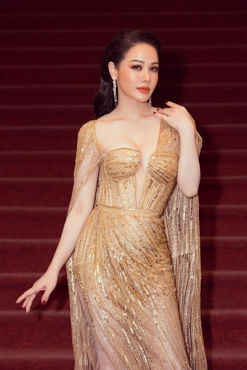 Nhật Kim Anh nổi bật nhờ đầm cắt xẻ, chất liệu ánh kim. Năm 2019, cô nổi bật với vai diễn Thị Bình trong phim Tiếng sét trong mưa.