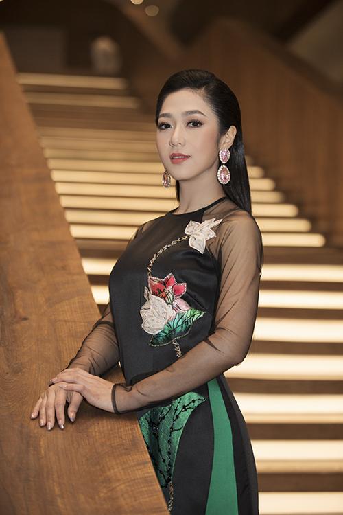 Thiết kế đắp hoa kết hợp với phần tay áo may bằng vải voan trong suốt giúp nữ ca sĩ trông trẻ trung hơn khi diện trang phục truyền thống.
