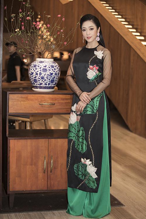 Nữ ca sĩ đặt riêng nhà thiết kế Thủy Nguyễn ba bộ áo dài để diện trong chương trình.