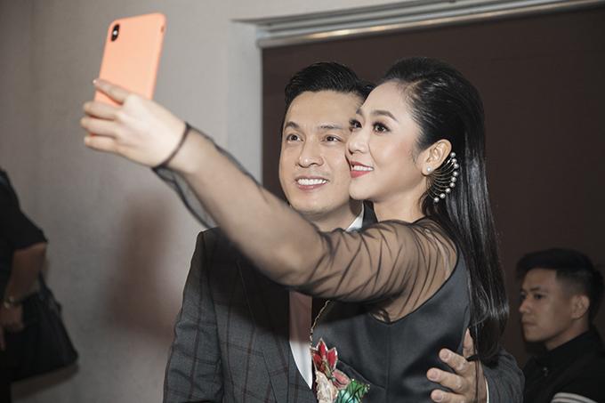 Khi hội ngộ, Lam Trường và Hà Thanh Xuân tíu tít trò chuyện. Cả hai còn cùng nhau chụp ảnh selfie tại hậu trường.