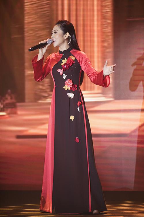 Hà Thanh Xuân thể hiện 6 ca khúc, trong đó có Thiên đàng ân ái, Sắc màu hoa nhớ, Một mai qua cơn mê và liên khúc do nhạc sĩ Lam Phương sáng tác.