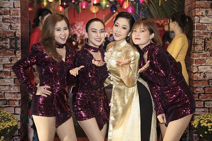 Các thành viên của nhóm Mắt Ngọc diện jumsuit ngắn phủ sequins để thể hiện những ca khúc sôi động.