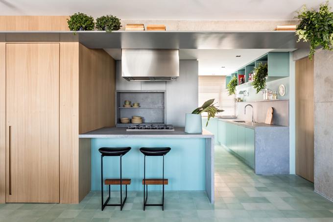 Kiến trúc sư chọn đồ nội thất tối giản cho căn hộ. Điểm mấu chốt trong thiết kế là tránh sự trùng lặp đơn điệu, tìm kiếm giải pháp sáng tạo để có một không gian thoáng rộng mà vẫn giữ sự riêng tư.