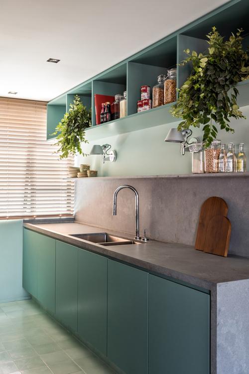 Nhà bếp mang đến sự sôi nổi, pha trộn giữa nét mộc mạc, hiện đại thông qua chi tiết màu sắc, thiết kế và vật liệu sử dụng.