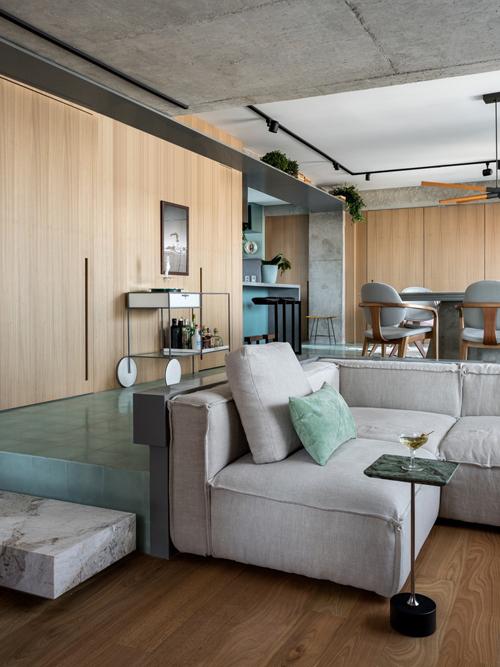 Khu vực sinh hoạt chung có nơi tiếp khách, xem phim và quầy bar. Kiến trúc sư tạo ra không gian dành cho các cuộc hội thoại, giúp tăng cường sự kết nối giữa các thành viên sinh sống trong căn nhà.