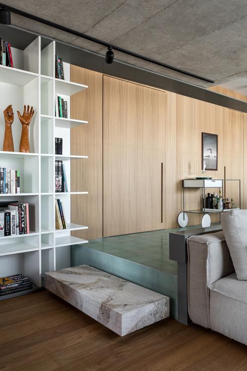 Sàn gạchchịu lực mang màu xanh lá cây, đồ nội thất mộc mạc.