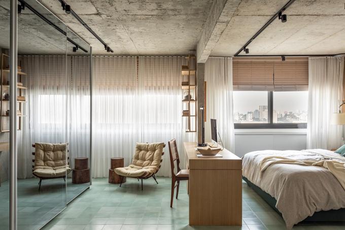 GIường ngủ, ghế, tủ quần áo đối diệnchiều rộng 5 m với bề mặt phản chiếu có sự kết hợp hài hòa, mang tính hiện đại cho không gian.