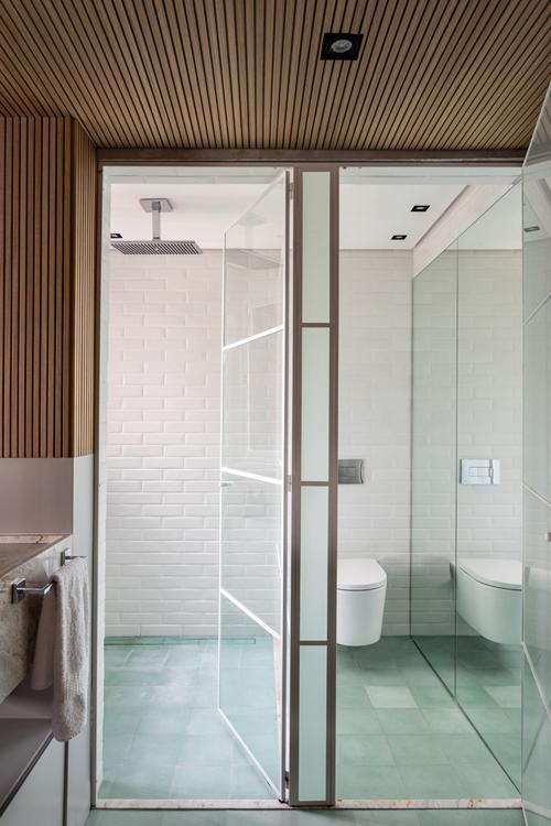 Bên cạnh phòng ngủ là bồn rửa tay. Bên cạnh là nhà tắm và nhà vệ sinh được ngăn đôi.
