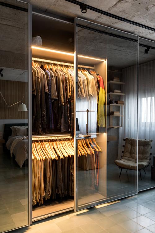 Tủ quần áo được ẩn khéo léo sau mặt kính.