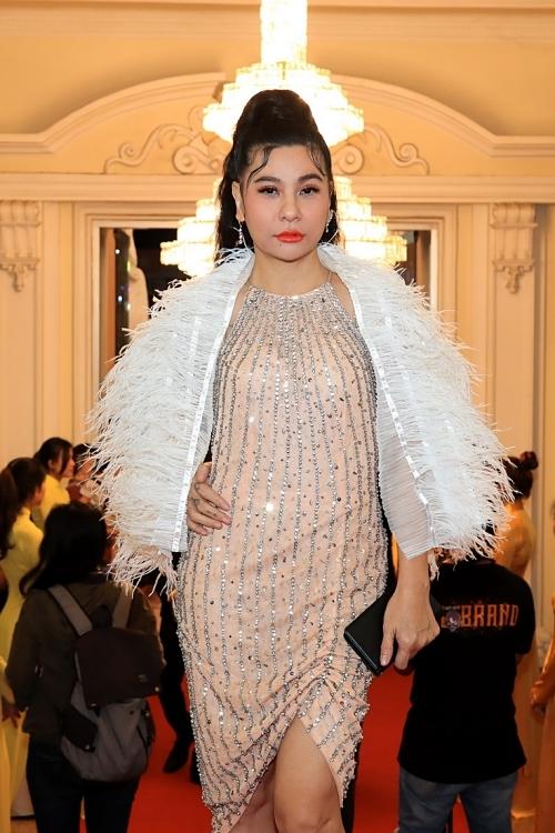 Cát Phượng phối khăn choàng lông vũ thêm nổi bật cho phong cách.