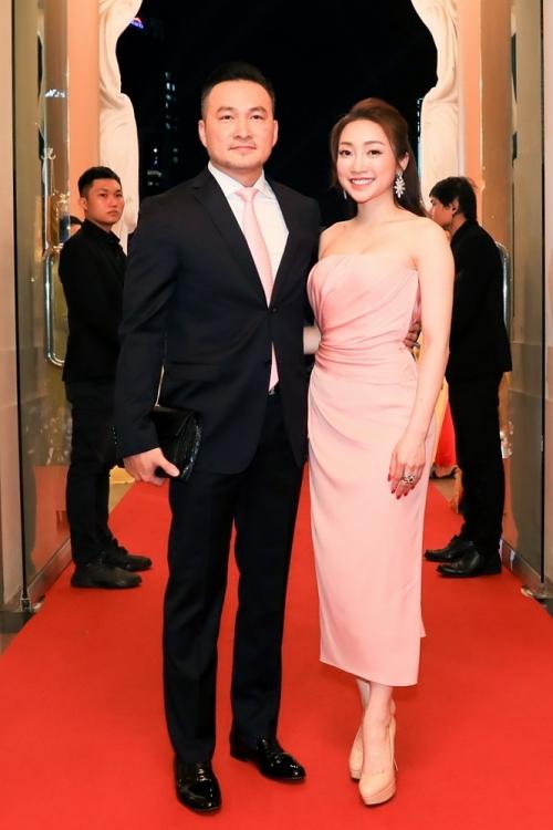 Chi Bảo tình tứ ôm eo bạn gái Thùy Chang. Cả hai công khai mối quan hệ cuối năm 2019, tình cảm mặn nồng và thường xuyên xuất hiện ở nhiều sự kiện giải trí,