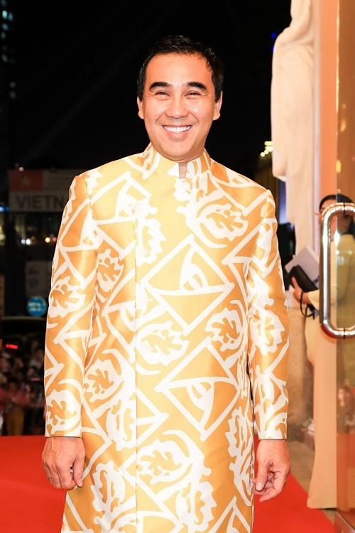 Nhiều nghệ sĩ chọn áo dài phù hợp không khí năm mới. Trong ảnh là MC Quyền Linh.