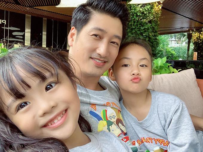 Ngọc Quỳnh và hai diễn viên nhí đóng con gái mình trong phim.