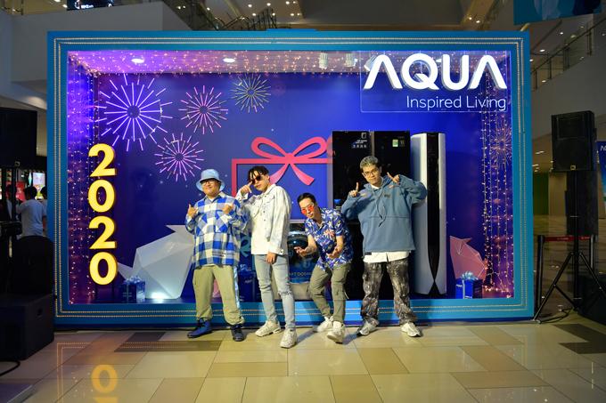 Ngày 4 - 5/1, Da LAB góp mặt tại sự kiện Vượt trội mùa lễ hội của thương hiệu AQUA. Các chàng trai diện trang phục trẻ trung, bụi bặm.