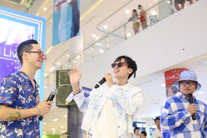Bên cạnh việc trải nghiệm các sản phẩm của AQUA, cả nhóm còn thể hiện những bản hit gắn liền với tên tuổi và ca khúc Vượt trội mùa lễ hội - món quà Da LAB và AQUA dành tặng người hâm mộ