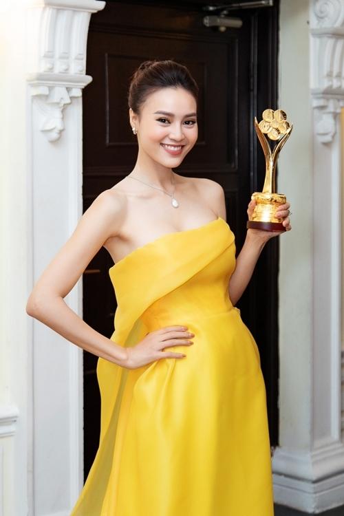 Ninh Dương Lan Ngọchạnh phúc khi được xướng tên Nữ diễn viên điện ảnh, truyền hình được yêu thích.