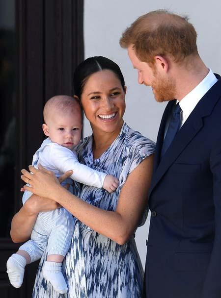 Vợ chồng Hoàng tử Harry bên con trai Archie. Ảnh: PA.
