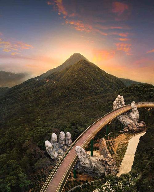 Cầu Vàngtrở thành địa điểm check in nổi tiếng trong cộng đồng du lịch thế giới. Ảnh:jonny.melon