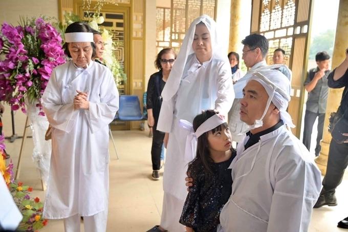 Anh Minh Thức - con trai nghệ sĩ Chánh Tín kịp về nhìn mặt bố lần cuối.