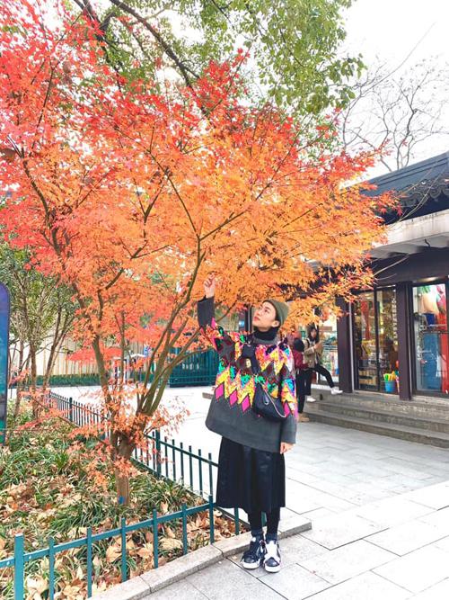 Diệu Nhi oằn mình chụp ảnh khi du lịch Trung Quốc