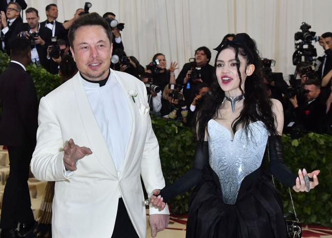Elon Musk và Grimes trên thảm đỏ Met Gala. Ảnh: AFP.