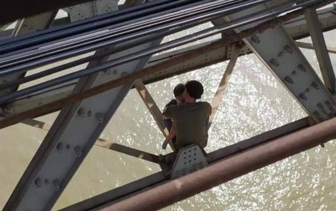 Thanh niên ôm con ngồi gầm cầu Long Biên