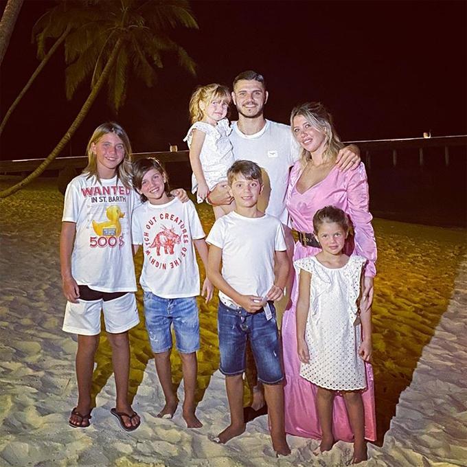 Vợ chồng Mauro Icardi đón năm mới ở Maldives bên con chung, con riêng của Wanda Nara.