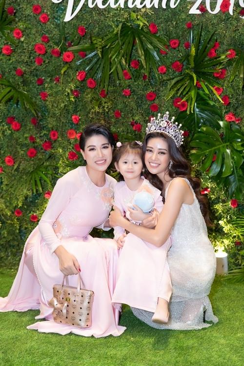 Cựu người mẫu Trang Trần đưa con gái, bé Kiến, tới mừng Khánh Vân. Hai mẹ con cô diện áo dài đồng điệu, tươi tắn trước ống kính máy ảnh.