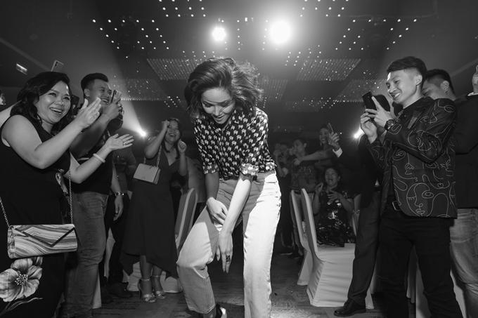 HHen Niê thực hiện các động tác vũ đạo vui mắt trong tiếng nhạc sôi động và sự cổ vũ của khách mời.