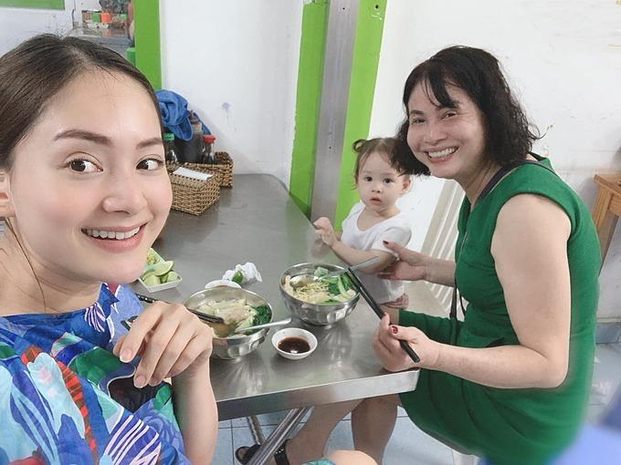 Lan Phương đưa con gái và mẹ ruột đi ăn ở Vũng Tàu.