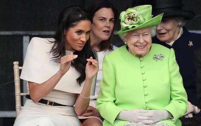 Meghan và Nữ hoàng trò chuyện vui vẻtrong chuyến thăm hạt Cheshire, miền Bắc nước Anh, hồi tháng 6/2018. Ảnh: PA.