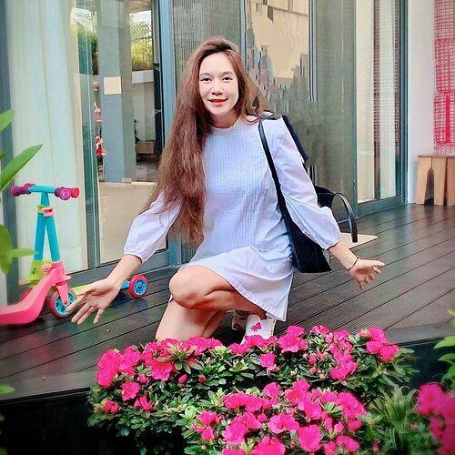 Minh Hà (vợ ca sĩ Lý Hải) tranh thủ pose hình trước khi đưa các con đi học.