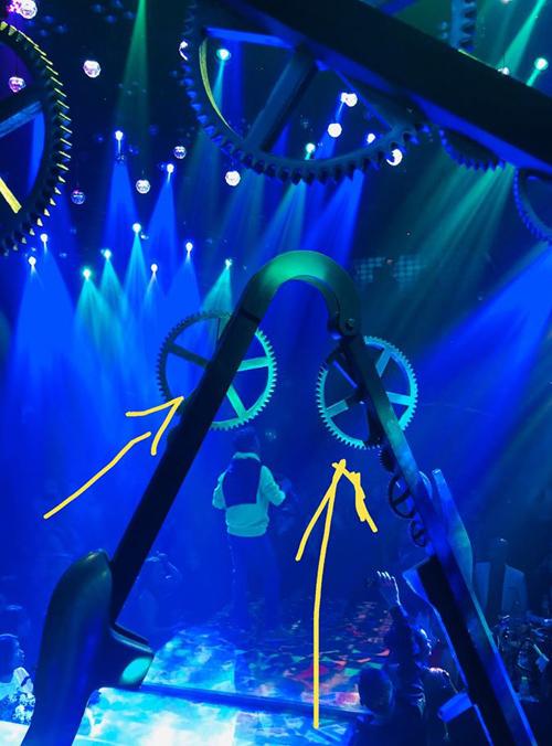 Sân khấu quán bartrang trí các bánh răng dễ gây tai nạn cho nghệ sĩ biểu diễn.