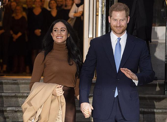 Vợ chồng Harry - Meghan nắm chặt tay khi rời tòa nhà Canada House chiều 7/1. Ảnh: PA.