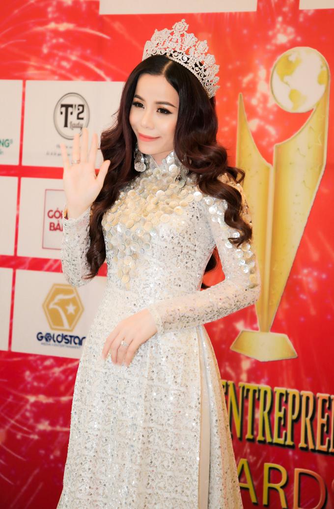 Hoa hậu Oanh Lê vừa góp mặt tại lễ vinh danh và trao giải thưởng Doanh nhân toàn cầu 2019.  Với tư cách là đại biểu danh dự, Hoa hậu Oanh Lê đại diện ban tổ chức chương trình trao giải cho hai hạng mục giải thưởng cao quý của năm là Top 10 nghệ sĩ của năm và Top 10 người đẹp của năm.