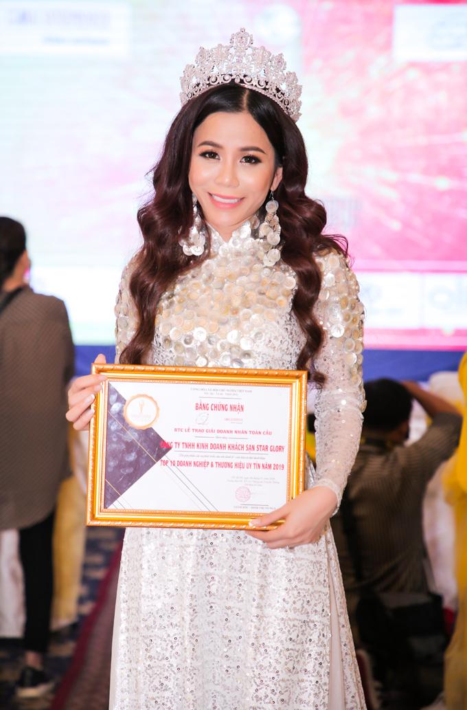 Trong chương trình này, Công ty TNHH Star Glory (chuyên về lĩnh vực khách sạn) của Tân hoa hậu cũng xuất sắc lọt top 10 thương hiệu uy tín.