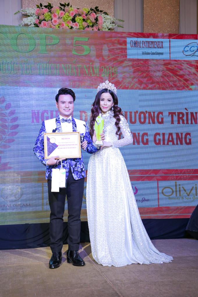 Hoa hậu Oanh Lê diện áo dài dự sự kiện - 6