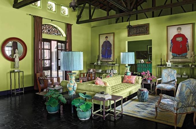 Căn nhà có tới hai phòng khách rộng rãi. Một phòng trong nhà một phòng nằm phía ngoài, gần hồ bơi để chủ nhà và khách khứa nghỉ ngơi khi có tiệc tùng.