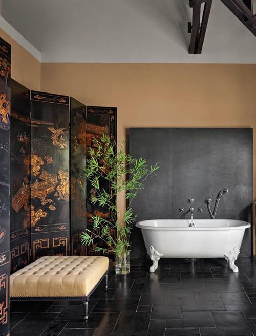 Phòng tắmtrang trí bức tranh mô phỏng cuộc sống, sinh hoạt của người dân Việt Nam thời xưa.