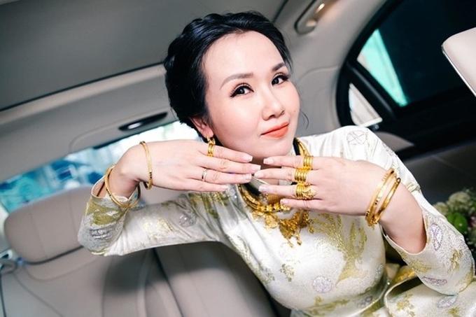Ngày 14/1/2019, Võ Hạ Trâm đã làm đám cưới với doanh nhân Ấn Độ Vikas ở TP HCM. Tại lễ gia tiên sáng cùng ngày, cô dâu đã được gia đình tặng nhiều món đồ có giá trị và đeo tổng cộng: 1 đôi bông tai vàng, cài trâm vàng, 2 kiềng vàng, 1 vòng cổ bằng vàng, 3 lắc tay vàng, 15 nhẫn vàng, 1 nhẫn kim cương, 1 nhẫn cưới.