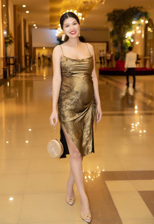 Oanh Yến đang mang thai con thứ sáu được gần 7 tháng. Cô vẫn tích cực tham dự các sự kiện của làng giải trí.