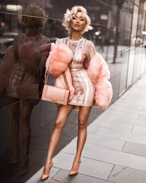 Bên cạnh việc chọn dáng váy phù hợp vóc dáng, tôn lợi thế hình thể, việc sử dụng trang phục ánh kim sẽ khiến phái đẹp thêm phần thu hút.