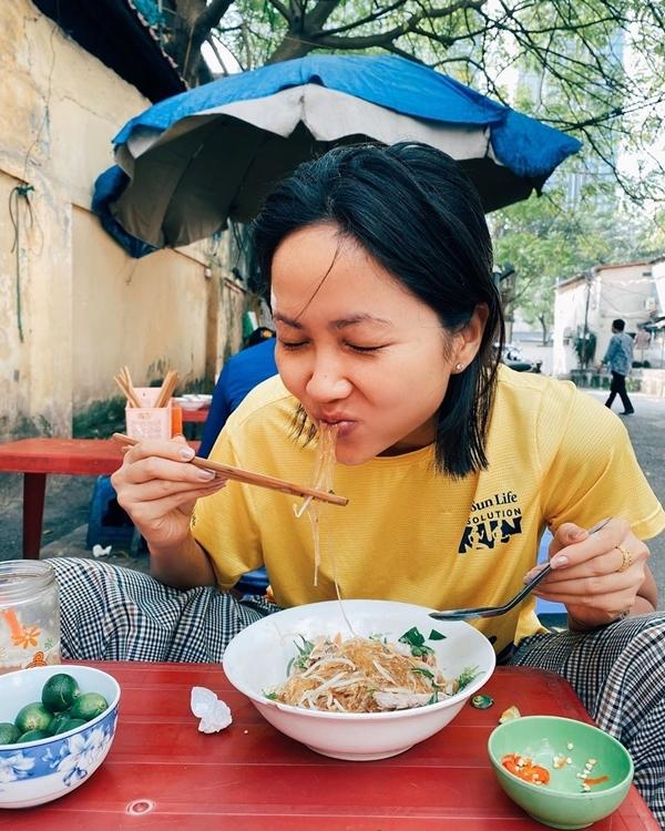 HHen Niê ngồi lề đường ăn bún ngan Hà Nội - 3