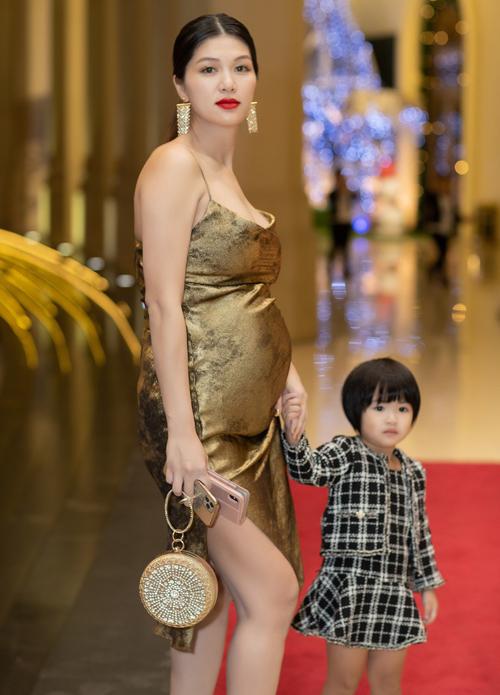 Hoa hậu Toàn cầu 2015 diện váy dây dắt con gái Gia Mỹ đi cùng. Từ khi làm mẹ của 5 nhóc tỳ, Oanh Yến rất bận rộn nhưng cô vui vì tổ ấm luôn tràn ngập tiếng cười đùa của trẻ nhỏ. Chồng đại gia đã thuyết phục Oanh Yến sinh thêm bé thứ sáu.