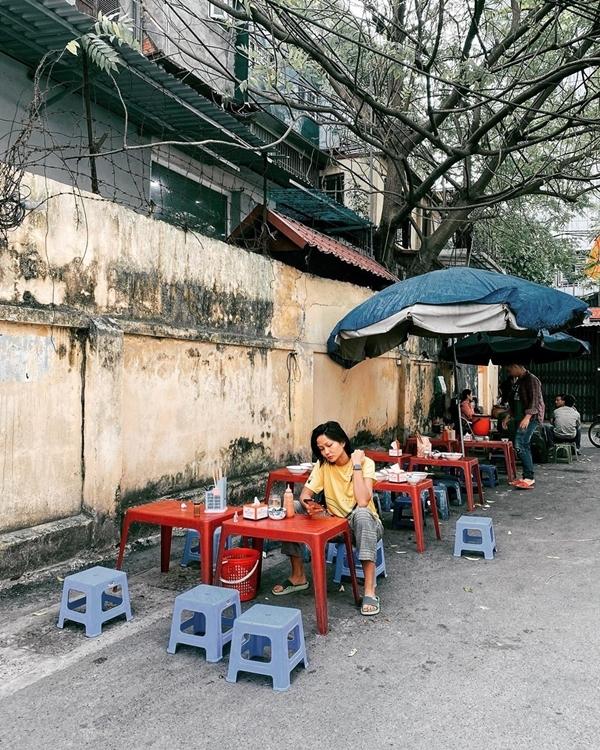HHen Niê ngồi lề đường ăn bún ngan Hà Nội