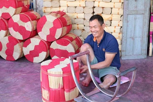 Tăm hương được đóng thành bó trước khi gửi đi các tỉnh. Ảnh: Nguyễn Ngoan