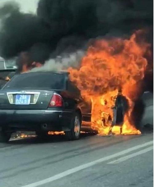 Chiếc xe bốc cháy khi đang lưu thông trên cao tốcđường vành đai 3. Ảnh: Facebook