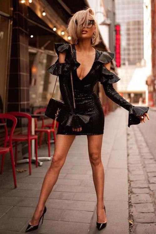 Váy bèo nhún điệu đà được phá cách bởi phần cut-out sắc nét cho chi tiết ngực áo, bả vai. Nhờ những khoảng hở hút mắt trên bộ váy ôm, người mặc sẽ hút ánh nhìn của các chàng khi tham gia tiệc tối.