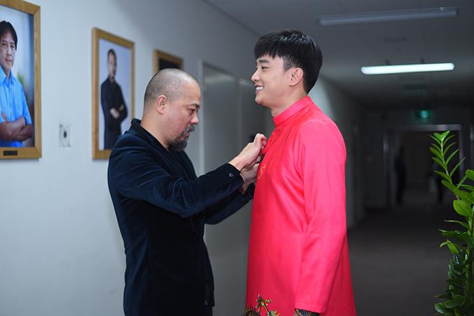 Quốc Trường, diễn viên phim Về nhà đi con được nhà thiết kế Đức Hùng chăm chút ngoại hình ở hậu trường.