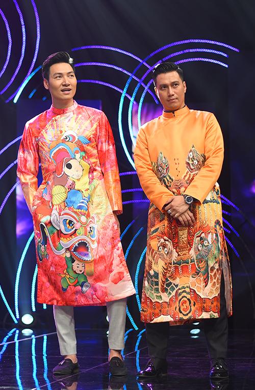 Mạnh Trường và Việt Anh cũng diện áo dài của NTK Đức Hùng đi ghi hình. Phom dáng hiện đại giúp các diễn viên dễ dàng kết hợp với quần âu hoặc quần bò để tạo vẻ trẻ trung, năng động.